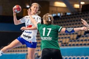 Två tjejer i bild som spelar handboll, motståndarlag. Allsvenskan Handboll Dam.