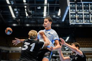 Tre killar i bild som spelar handboll. Allsvenskan Handboll Herr.