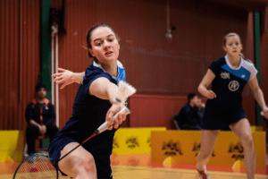 Två tjejer i bild som spelar badminton.