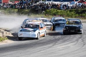 Fem bilar i bild som race:ar mot varandra. Svensk bilsport.
