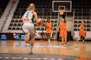 Fyra tjejer i bild som spelar basket. USM Basket.